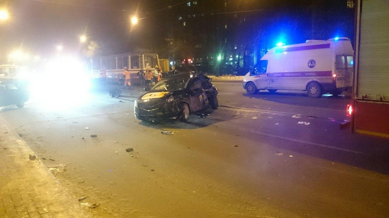 Кошмарная авария наЭнгельса: автомобиль такси впечатался втрамвай