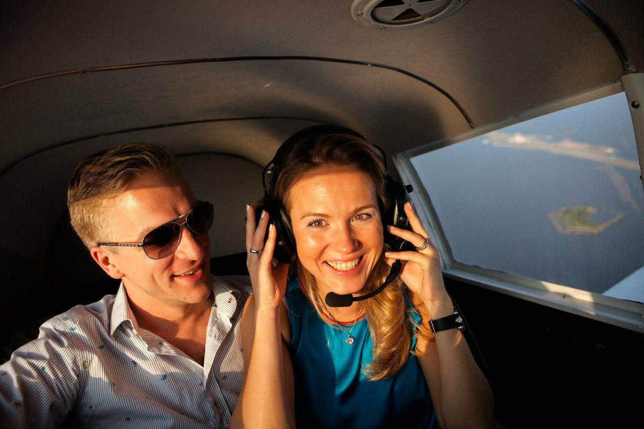 полет влюбленных на самолете