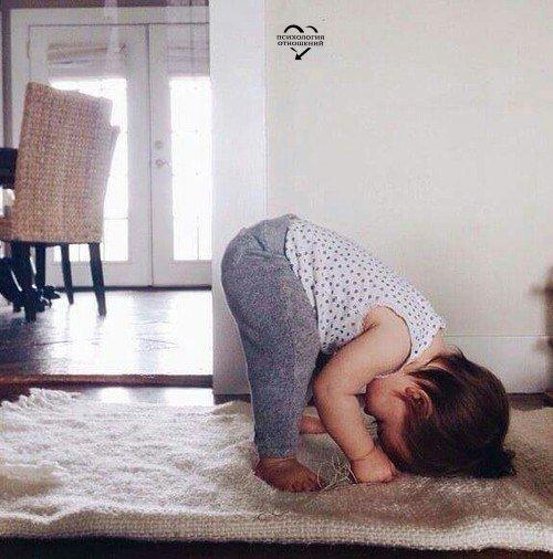 Ребёнок — это вечный двигатель, а еще дрыгатель, прыгатель, скакатель, кусатель, целователь и крепко обниматель.😋