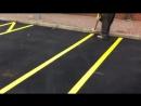 Гипнотическое видео, в котором маляр наносит разметку на парковке для инвалидов вручную