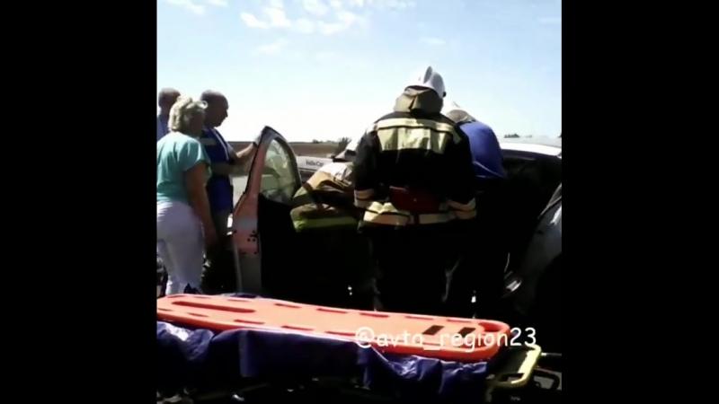 Под Кропоткином два грузовика всмятку раздавили иномарку