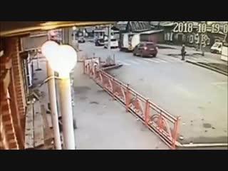 Шокирующее видео ДТП в Иркутске автомобиль сбил женщину с 4-летним ребенком на пешеходном переходе