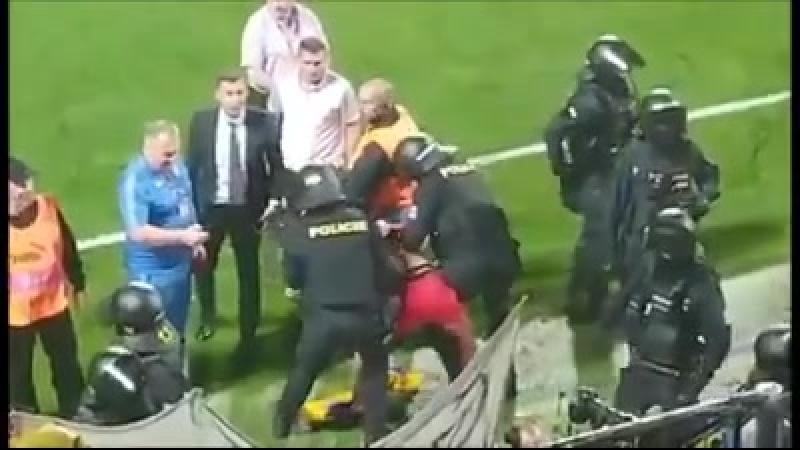 Чехія – Україна поліція жорстко арештовувала українських фанатів на стадіоні – як Шевченко сміливо втрутився у конфлікт 😱🔥🔥