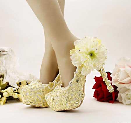 Свадебные туфли на танкетке - трендовая обувь для невесты.