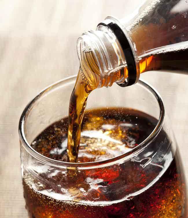 Питье газированных напитков может вызвать сильный метеоризм.