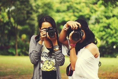 картинки где две подружки фотографируются