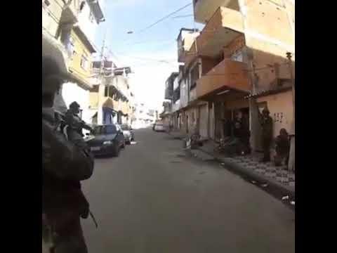 Veja o momento que um militar do exército tomou tiro no capacete