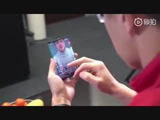 Xiaomi показала свой первый складной смартфон на видеоСлухи о разработке компанией Xiaomi складного смартфона с гибким экраном