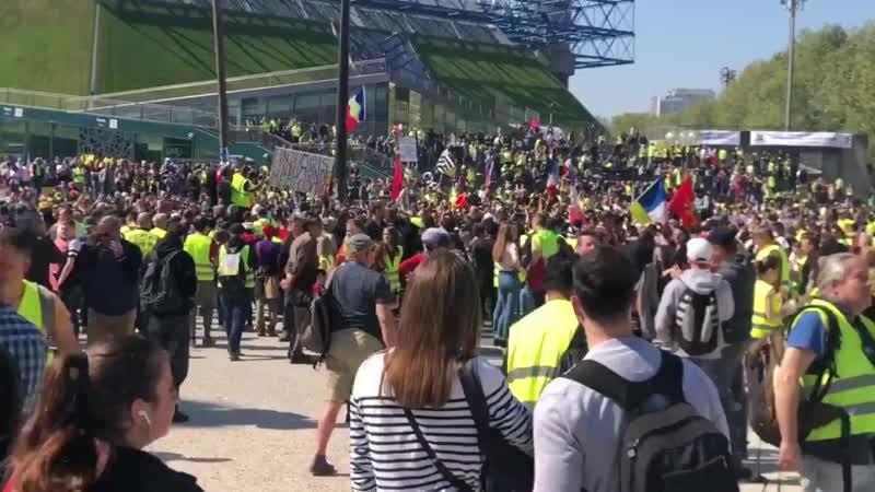 PARIS - « Joyeux anniversaire » chantent les GiletsJaunes à Bercy Acte23