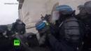 Нательная камера полицейского засняла беспорядки у Триумфальной арки в Париже