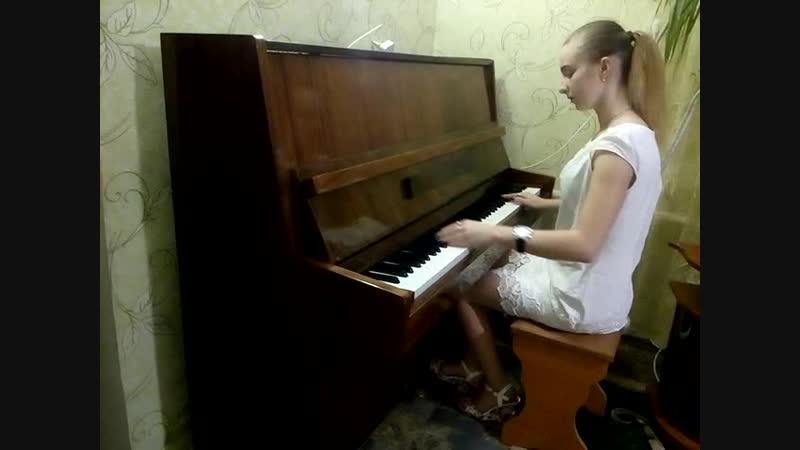 Нэнси Дым сигарет с ментолом на фортепиано