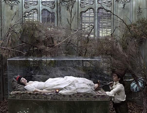 Испанский режиссёр Эухенио Рекуэнко создаёт постановочные фотографии к известным сказкам. Сможете отгадать к