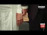 Трамп попытался взять папу римского за руку/Папа римский против Дональда Трампа