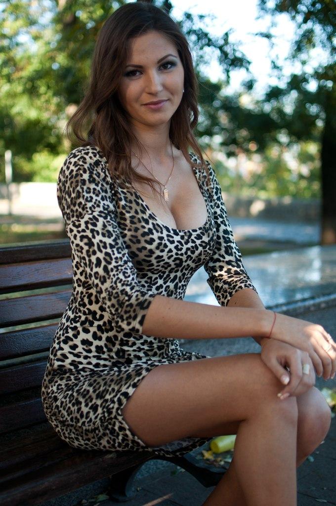 Девчонка в леопардовом пятнистом платье