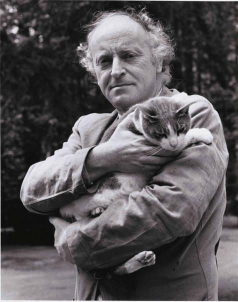 «Я писатель и я не хочу ничего сочинять! Я хочу фотографироваться с котиком». Знаменитые литераторы на совершенно несерьёзных фотографиях.