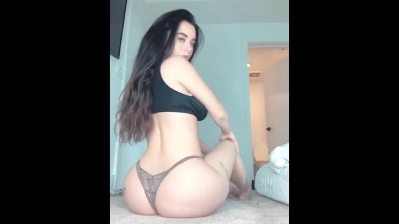 Lana Rhoades горячая сексуальная телочка шевелит попкой, звезда порно модель домашнее sex porno эротика русское Naughty America