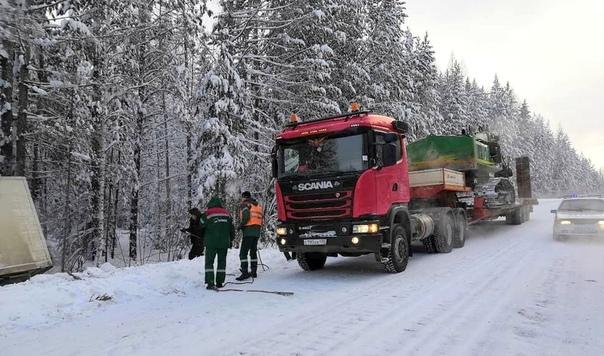 Инспекторы ГИБДД помогли вытащить из сугроба грузовик на трассе «Братск – Усть-Илимск»