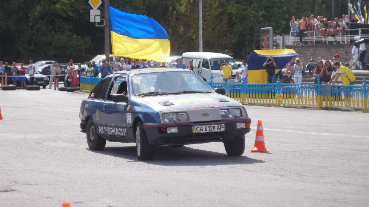 У Каневі змагалися автівки з маками та прапорами