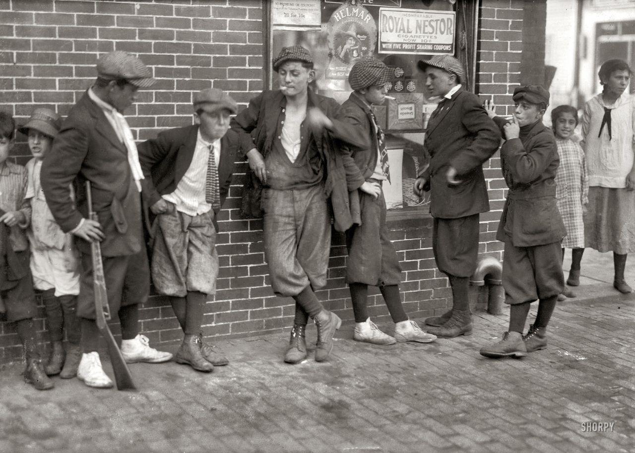 Уличная банда на углу Маргарет и Уотер-Стрит. Спрингфилд, Массачусетс, США, 1916 год.