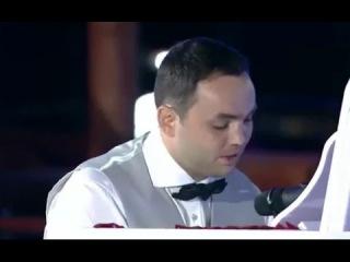 Гобозов поет Алиане идиотскую песню. Я смотрю Дом-2.