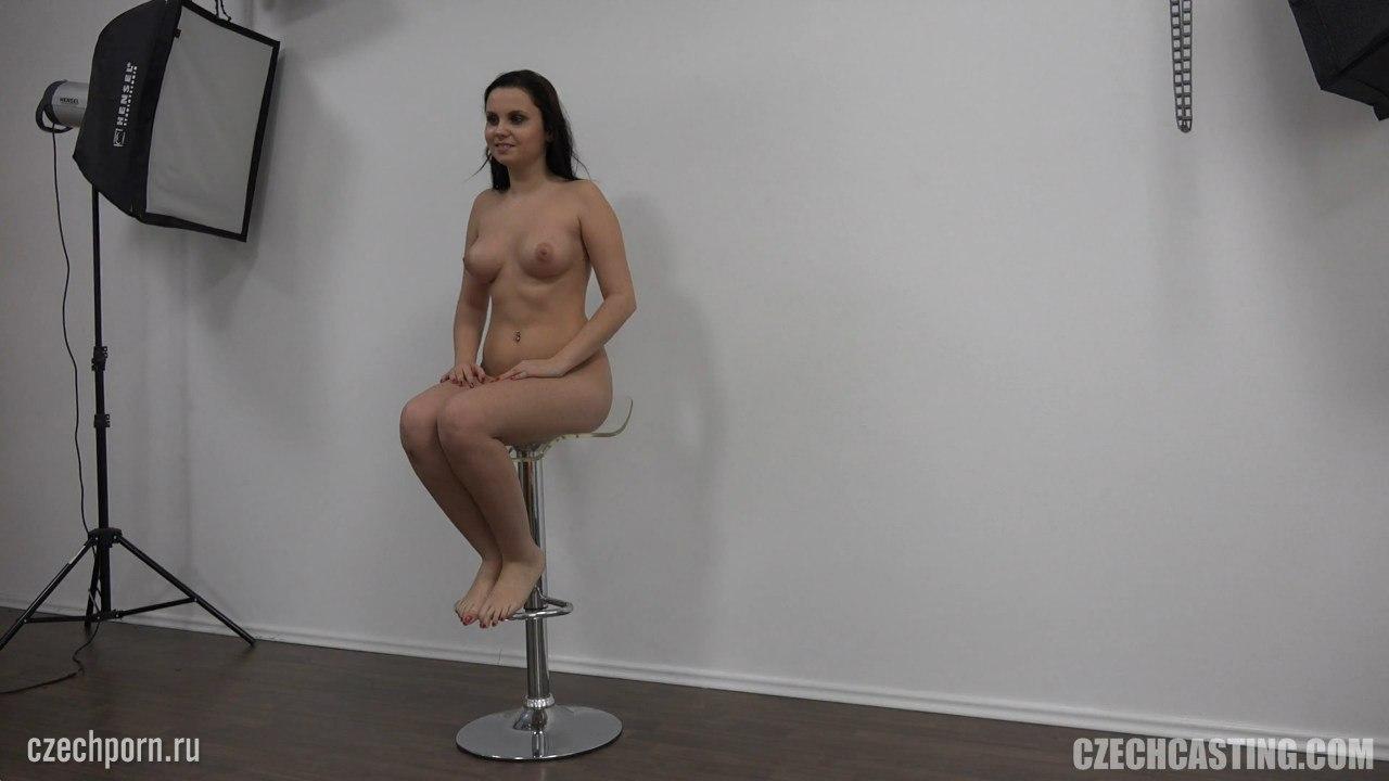 Голая сидит на стуле