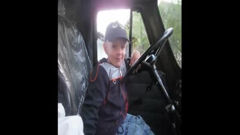 мой маленький водитель!))