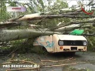 Над Украиной пронесся ураган разрушены дома, разбиты автомобили
