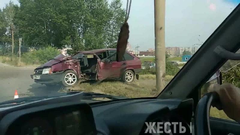 Девятка влетела в столб на Северном шоссе.