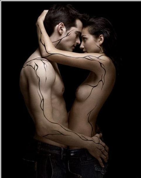 Фото Мужчина и девушка, с оригинальными тату, обнимают друг друга, на черно
