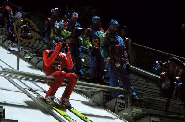 И в тоже время наш Дмитрий Васильев готовится к прыжку во время первой официальной тренировки на трамплинах #РусскиеГорки в #Sochi2014