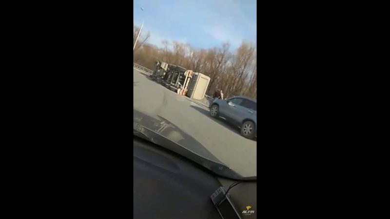 На виадуке возле Metro перевернулся грузовик с гравием