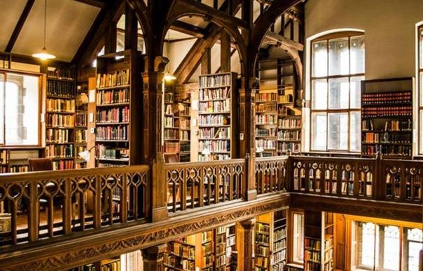 Вы когда-нибудь мечтали провести ночь в уютной библиотеке Нет Библиотека Гладстона в Северном Уэльсе, Великобритания, воплощает мечты в реальность. Эта 130-летняя библиотека служит