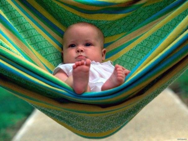 Закаливание воздухом Свежий воздух — наиболее доступный и очень важный фактор для закаливания малыша. Закаливание воздухом способствует повышению устойчивости организма к резким изменениям погоды, придает бодрость и улучшает аппетит, он улучшает функцию легких и тем самым увеличивает уровень в крови гемоглобина и красных кровяных телец. Потребность в кислороде у ребенка в 3 раза выше таковой у взрослых, поэтому ребенок очень чувствителен к недостатку воздуха. В комнате, где находятся дети,…