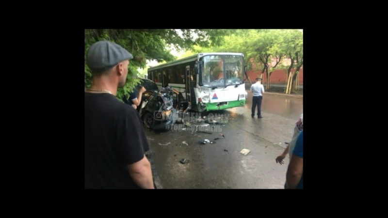 Жуть В Тюмени легковушка влетела в автобус