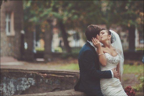 """Для брака полный сосуд эмоциональной любви настолько же важен, как важен для автомобиля полный топливный бак. Вести свой брак по дороге жизни на пустом """"баке любви"""" может быть даже более безнадёжно, чем пытаться ехать на автомобиле без горючего. И обойтис"""