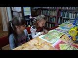 Ученицы 1 класса Цветкова Ульяна и Куликова Полина читают сказку