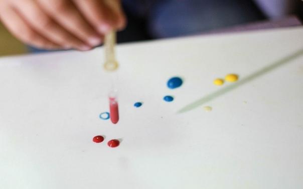 КАПЛЕТЕРАПИЯ - ПРЕКРАСНАЯ ПОДГОТОВКА РУКИ К ПИСЬМУ Чем же полезна каплетерапия 1. Работа с разными цветами привлекает внимание ребенка, делает занятие ярким и интересным. Рисовать нужно точно и