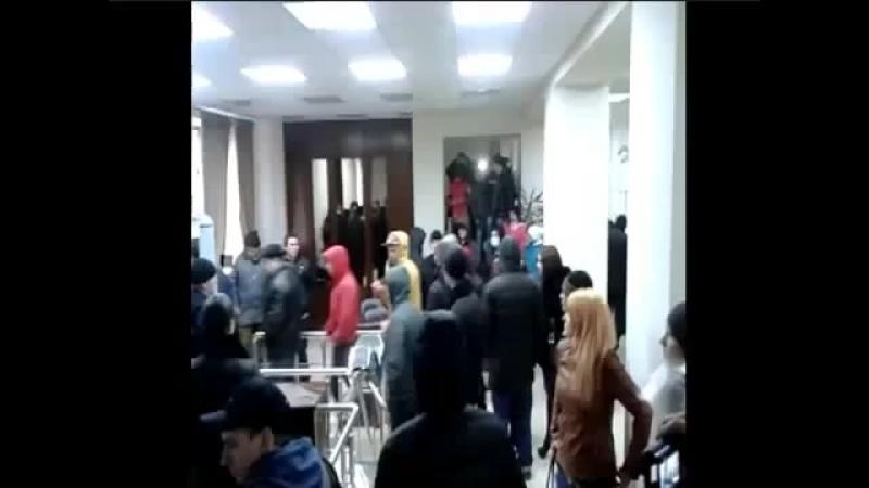 Донецк 16 марта 2014 Народ в здании прокуратуры ищет сбежавшего прокурора