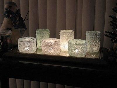 Великолепные подсвечники из соли Нам понадобится: стеклянная основа /причем, я думаю, можно и небольшую обычную банку приспособить для этих целей/, морская соль, пищевой краситель, ПВА, при желании - блески, краски, лаки с разными эффектами в аэрозолях.
