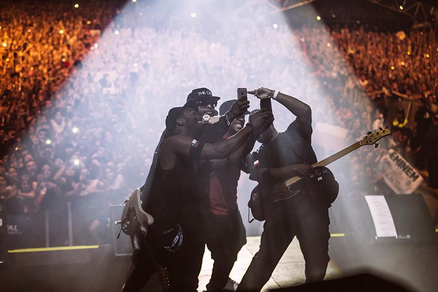 Рэпперы на сцене в лучах света 2016
