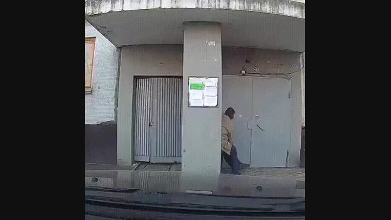 Пьяные алкаши возле подъезда помогли женщине с ребёнком нанести в подъезд коляску
