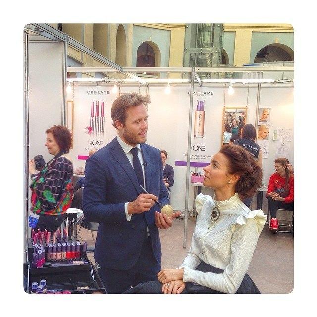 Йонас Врамель создаёт макияж Ирене Понарошку с помощью The One