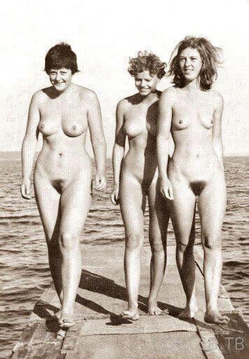 Ангела Меркель в рядах нудистского движения 60-х годов.