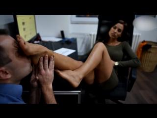 Начальница и подчиненный раб лижет ноги #femdom #bdsm #фемдом #бдсм #humiliation #dominatrix #footfetish