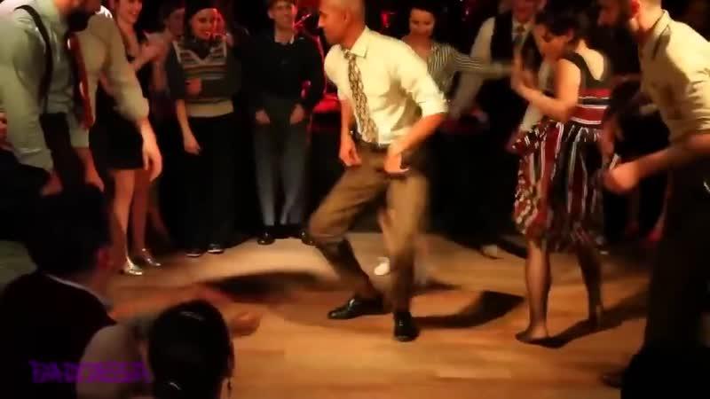 Полезно всем потанцевать после обжираловки в новогодние праздники Танцуют все