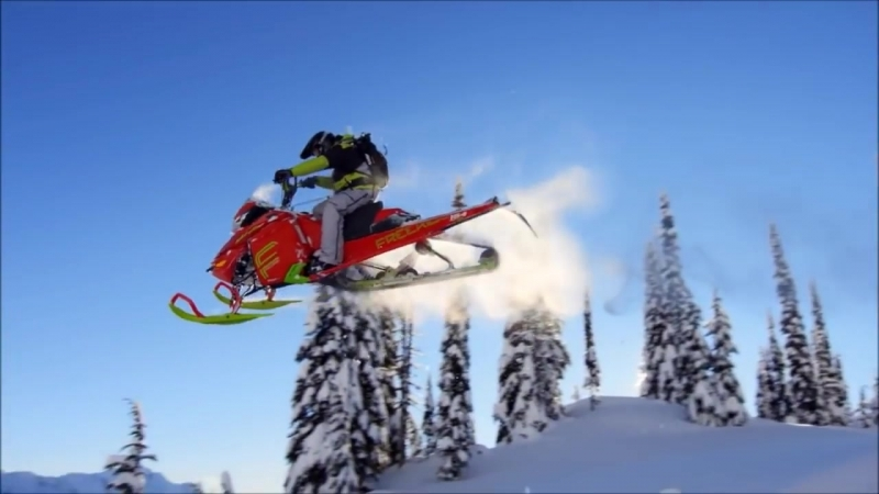 Steep snowmobiles in action ! Beau