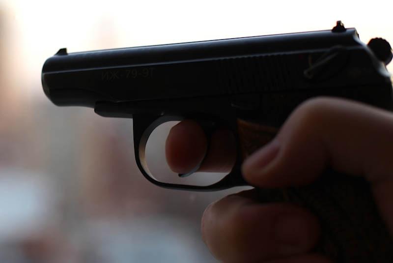 В Кобрине пьяный хулиган из пневматического пистолета повредил окно в квартире и витрину аптеки