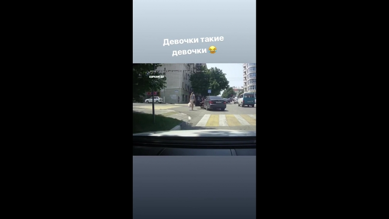 Женщины: пешеход и водитель