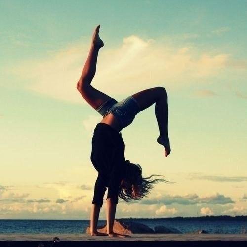 Упражнения на растяжку. Берите на вооружение. 1. Разогрев: сделать 3 подхода по 20 приседаний с минимальным отдыхом, там, чтобы мышцы ног немного разогрелись. 2. Вытягивать поочередно ногу вперед и тянуть носок на себя, чтобы немного потянуть коленные суставы и мышцы за коленом. 3. Покрутить подъем стопы в одну и другую стороны по 20 раз. 4. Сделать вращение колен (ноги вместе) влево и право по 20-30 раз. 5. Медленное вращение тазобедренным суставом влево и вправо по 10-15 раз. 6. Поставить…