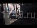 Автобус едет с открытыми дверьми